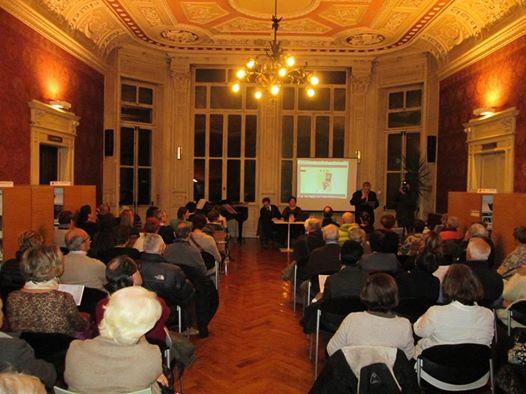 Sala della Biblioteca Pio Rajna di Sondrio. Conferenza su Mozart la Caduta degli Dei di Luca Bianchini e Anna Trombetta, relatore Adriano Stiglitz, moderatore Bruno Ciaponi Landi