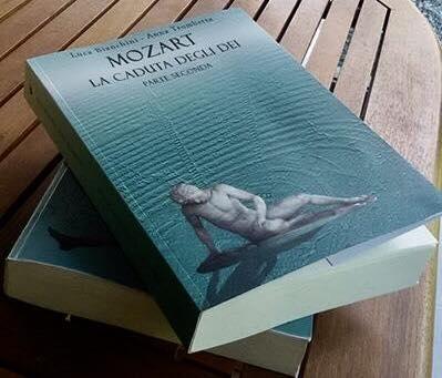 Mozart la caduta degli dei, libro poggiato sopra un tavolo dentro un gazebo
