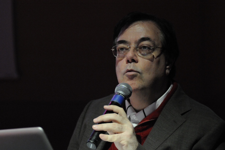 Il professore Marcello Piras che parla a una conferenza
