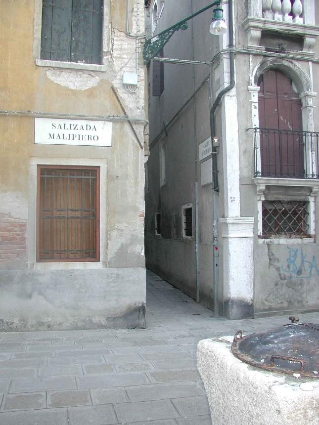 Giacomo Girolamo Casanova nacque a Venezia, in Calle della Commedia (ora Calle Malipiero), qui in foto, nei pressi della chiesa di San Samuele, dove fu anche battezzato